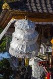 Parapluies de festivités à la cérémonie indoue, Nusa Penida, Indonésie image stock