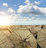 Parapluies de paille de plage Photos stock
