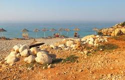 Parapluies de paille sur la plage Photographie stock libre de droits