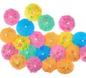 Parapluies de papier colorés de cocktail en gros plan sur un blanc Images libres de droits