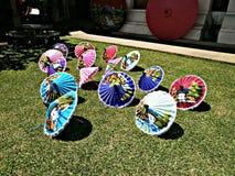 Parapluies de papier faits main colorés au sol image libre de droits