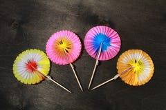 parapluies de papier pour des cocktails sur le noir Photo stock