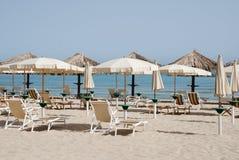 Parapluies de plage blancs Images libres de droits