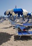 Parapluies de plage bleus Images libres de droits