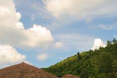 Parapluies de plage, ciel bleu Image stock