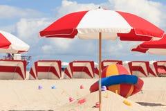 Parapluies de plage et cabanes du sud colorés photo libre de droits