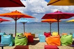 Parapluies de plage et chaises de plate-forme colorés sur la plage de Skiatho Photos libres de droits