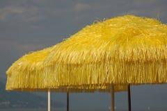 Parapluies de plage jaunes Photo libre de droits
