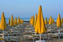 Parapluies de plage jaunes avec le fond de ciel bleu et de mer image stock