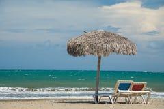 Parapluies de plage sur la mer des Caraïbes photo libre de droits