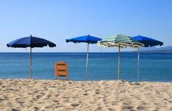 Parapluies de plage sur le bord de la mer photographie stock libre de droits