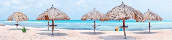 Parapluies de plage sur le Palm Beach en île d'Aruba Photo libre de droits