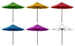 Parapluies de plage verts, jaunes, rouges, bleus, pourpres et blancs Photos stock