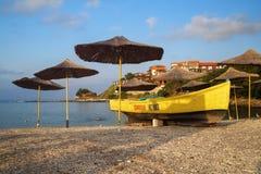 Parapluies et bateau de sauvetage de plage de paille Photographie stock libre de droits