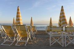 Parapluies et canapés du soleil prêts pour la saison d'été Photos stock