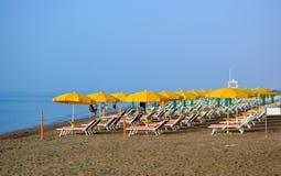 Parapluies et chaises de plate-forme prêtes pour des touristes images libres de droits