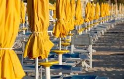 Parapluies et chaises sur un établissement se baignant Photos libres de droits