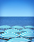 Parapluies et mer de plage Photographie stock