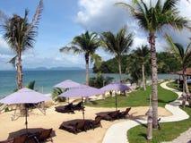 Parapluies et mer de plage Photos libres de droits