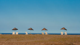 Parapluies et sundbeds sur la plage un jour ensoleillé Photos libres de droits