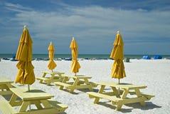 Parapluies et tables de pique-nique Images libres de droits