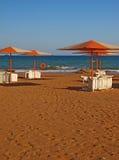 Parapluies et une plage de sable photographie stock