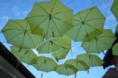 Parapluies jaunes sur la rue Photographie stock