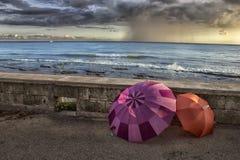 Parapluies par la mer Image libre de droits