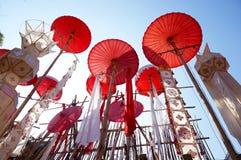 Parapluies rouges et lanternes blanches Photo libre de droits