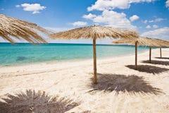 Parapluies sur la plage Photos stock