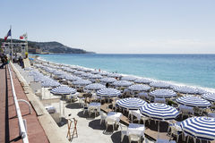 Parapluies sur la plage de Ruhl à Nice Image stock