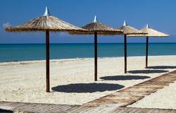 Parapluies sur la plage tropicale parfaite Images stock
