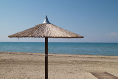 Parapluies sur la plage tropicale parfaite Photographie stock