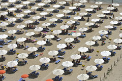 Parapluies sur une plage Images libres de droits