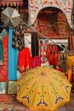 Parapluies, tapis et écharpes à vendre Images libres de droits