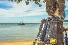 Parapluvouwen op het strand Stock Foto's
