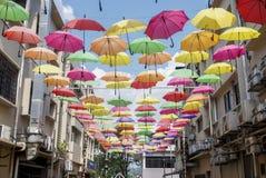 Paraply en show som är offcentre av byggnad på Petaling Jaya Arkivbilder