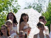 paraply för fästmöflickaskratt arkivbilder