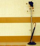 paraply för hängarehattkontor Arkivbild