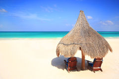 paraply för semesterort för palapa för strandstolskoja Arkivfoto