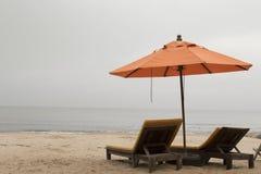 paraply för strandbegreppsferie Arkivfoton