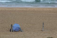 paraply för strandbegreppsferie Arkivfoto