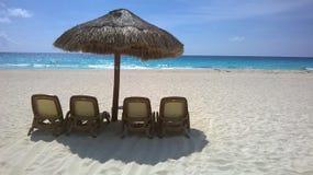 Paraply i en strand i Cancun Arkivfoto