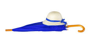 Paraply och hatt på vit bakgrund Royaltyfria Foton