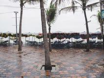 Paraply- och tabelluppsättning för hyra Royaltyfria Bilder