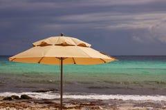 Paraply på den karibiska stranden Royaltyfria Foton
