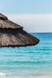 Paraply på en medelhavs- strand Arkivfoton