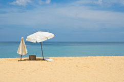 Paraply på sand i den phuket stranden Thailand Arkivfoto