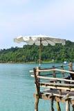 Paraply på strand på den Kood ön i thailand Arkivbilder