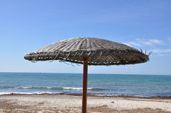 Paraply på stranden Arkivbild
